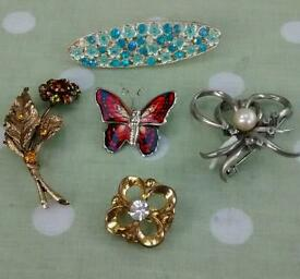 4 Vintage broaches and a hair clip