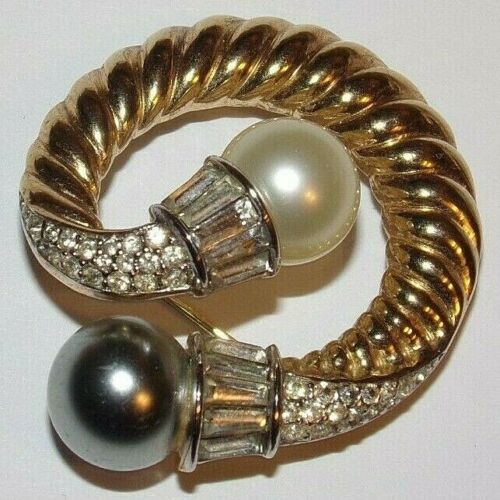 STUNNING SIGNED CROWN TRIFARI GOLDTONE SWIRL PIN WITH 2 TONE FAUX PEARLS AND R.S