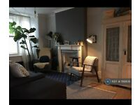 5 bedroom house in Aveling Park Road, London, E17 (5 bed) (#1116806)