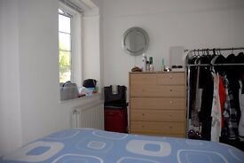 Double bedroom available in shared sunny flat close to Weston town centre