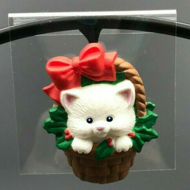 Vintage Hallmark Holiday Kitty In Christmas Basket Latch Back Lapel Pin