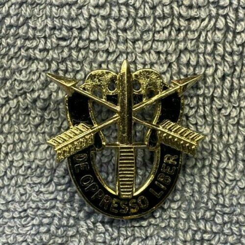 "1st pattern US Army Special Forces unit crest (""kissing skulls""); Unmarked var."