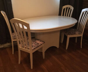 Dining table & chairs - Free Buffet / Table à diner & chaises