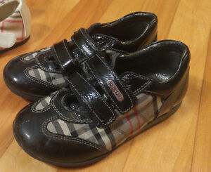 Souliers style burberry fille 27 ou 10
