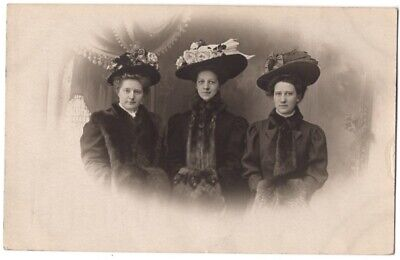 062621 VINTAGE RPPC REAL PHOTO POSTCARD THREE WOMEN IN GREAT HATS AND FUR MUFFS
