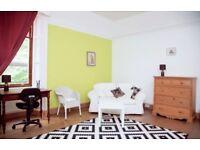 Edinburgh Fringe Large Double Room available