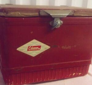 Glacière Coleman rouge pour le camping vintage