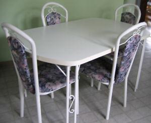 Set de cuisine: Table avec rallonge et 4 chaises