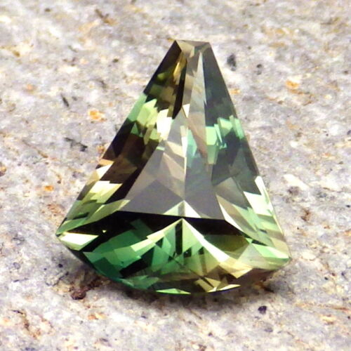 EMERALD GREEN DICHROIC OREGON SUNSTONE 2.71Ct CLARITY VVS2-INCREDIBLE RARE COLOR