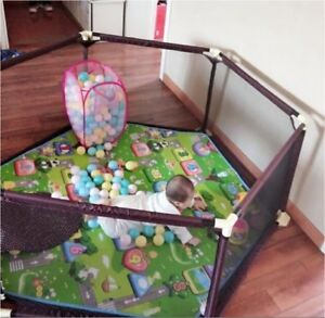 Baby play pen almost new very sturdy