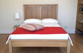 Double Room in large house with fun housemates (2 minute walk to Station)