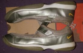 NIKE GOLD TRAINING SHOES SIZE 10 (AMERICAN )