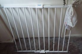 Extendable stair/safety gate. Fixes to the wall and all fixings included.