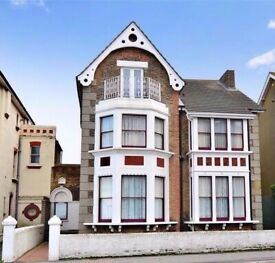 Large Double room with en-suite in beach house opposite Margate beach