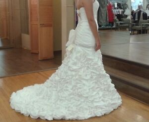 gorgeous and romantic french ruffled wedding gown with veil! Windsor Region Ontario image 3