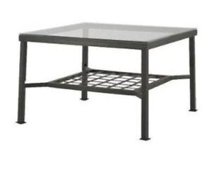 Table basse carrée en métal et verre