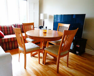 Maple wood dining room table with 4 chairs West Island Greater Montréal image 1