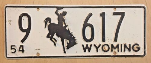 """1954 WYOMING AUTO LOW NUMBER LICENSE PLATE  """" 9 617 """" WY 54  BUCKING BRONCO"""