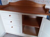 Changing unit and shelf set