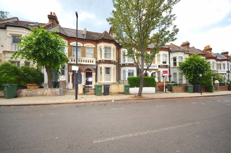 3 double bed ensuite rooms set with in a 5 bed house share! Must be seen! £725 - £800pcm
