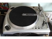 NUMARK TT1650 DIRECT DRIVE TURNTABLE WITH VARIABLE PITCH CONTROL.