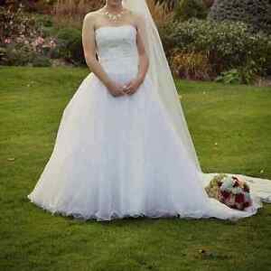 Beautiful wedding dress size 4/6/8 only worn for a photoshoot
