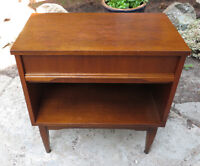 MODERN WALNUT NIGHT STAND - END TABLE - SINGLE DRAWER
