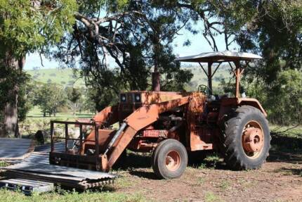 IHC 696 2WD farm tractor with FEL at Crows Nest Qld