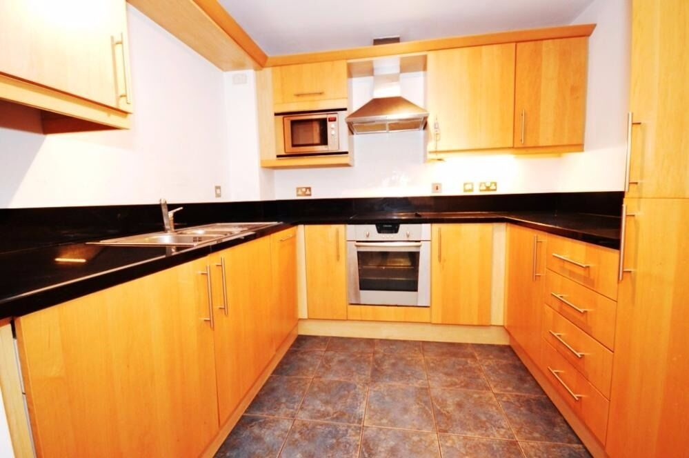 BRIGHT AND SPACIOUS 2 BEDROOM WITH SWIMMING POOL AND GYM FLAT IN CANARY WHARF