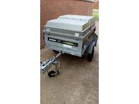 trailer with lockable top