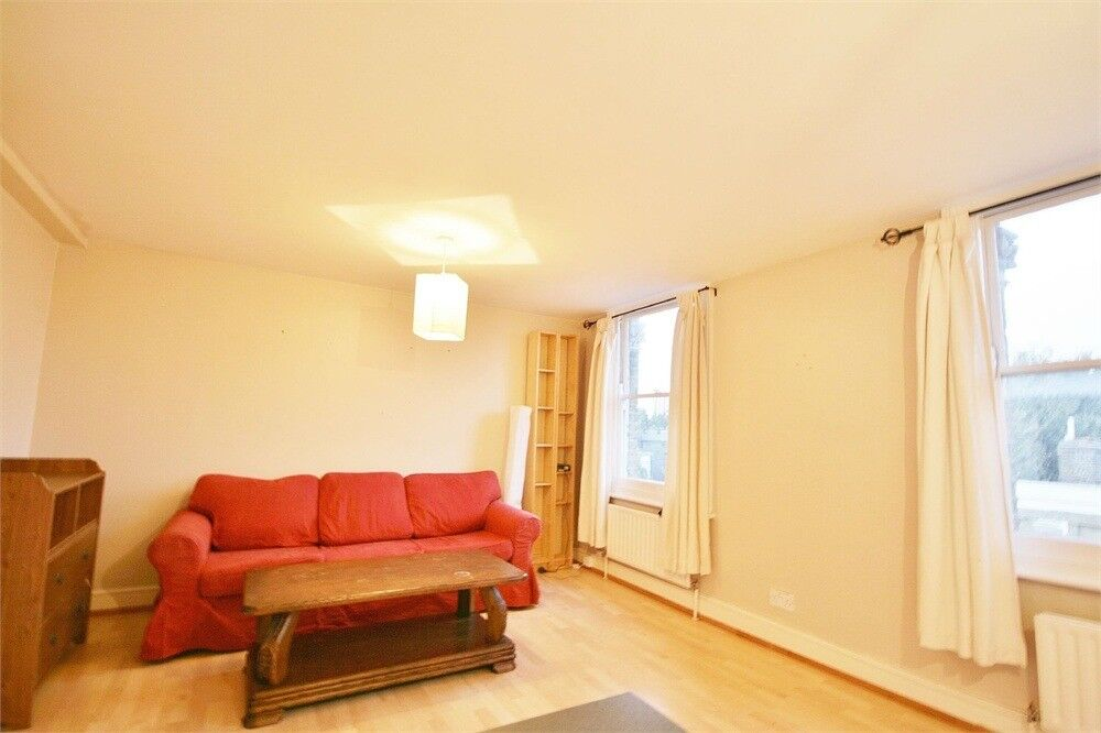 Split-level two double bedroom conversion flat in Oval