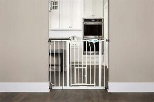 Carlson Extra Wide Pet Gate, with small pet door Condtion: Excellent condition. Minor scratch, Extra Wide, Standard P...
