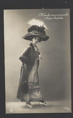 MB5915 VICTORIAN ERA ,WOMAN DRESSED IN CULOTTE & BIG FEATHER HAT FASHION 1900