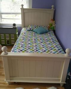 'Cottage Retreat' Girls Twin Poster Bed