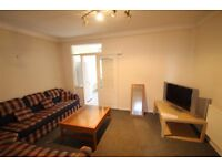 **AVAILABLE NOW** THREE BEDROOM HOUSE WITH SPACIOUS GARDEN 5 MINS WALK TO TRANSPORT LINKS!