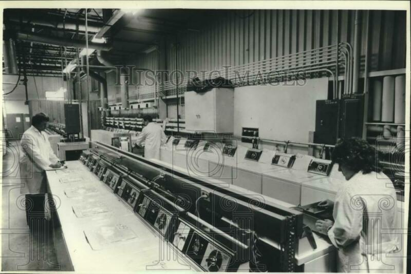 1983 Press Photo Technicians Inspect Washing Machines at Speed Queen in Ripon
