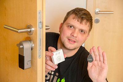 Chris Bertko probiert zuhause gerne neues Technik-Spielzeug aus. (© Marko Förster)