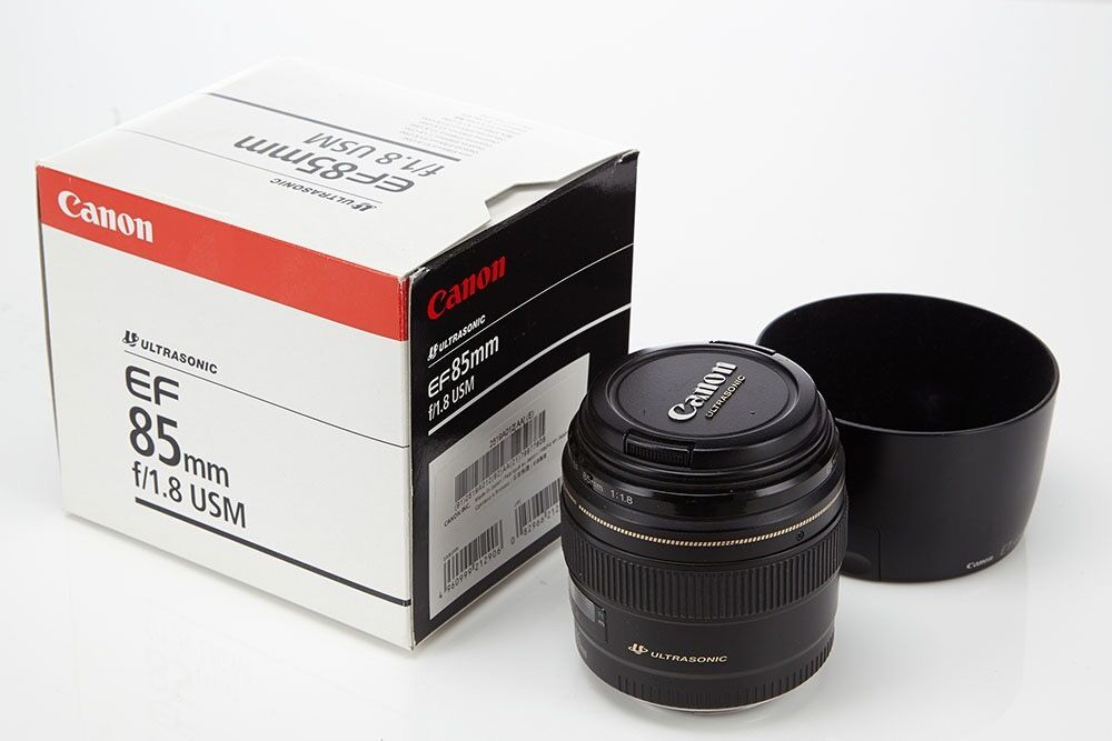 Canon 85 mm 1.8 with canon lens hood and box