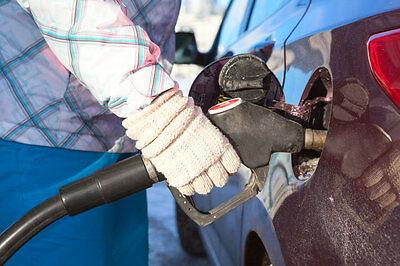 : Steht man wirklich im Winter öfter an der Tanke? (© Thinkstock via The Digitale)