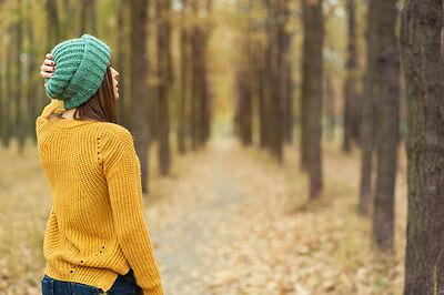 Auf knisterndem Herbstlaub wandern und Sonne tanken - was gibt es Schöneres im Herbst? (© Thinkstock via The Digitale)