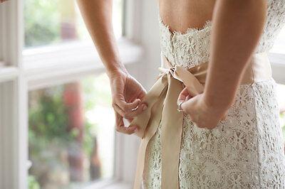 Ein wunderschönes Brautkleid muss kein Vermögen kosten. (© Thinkstock via The Digitale)