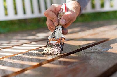 Für Tisch und Stühle sind umweltfreundliche Lasuren besonders geeignet. (© Thinkstock via The Digitale)