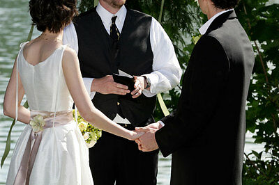 Mit dem besten Freund als Zeremonienmeister wird auch die Trauung persönlich und unvergesslich. (© Thinkstock)