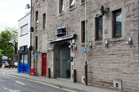 Bright and spacious 2 bed flat in Perth city centre. Shops, car park, restaurants nearby.