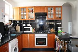 ONLY £1375! SPLIT LEVEL 2 BED, FURNISHED, GREAT TRANSPORT LINKS, AVAILABLE IN JULY CALL NOW!!!!