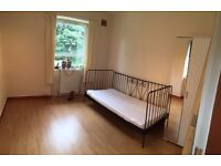 **upated** 3 Bed flat 2 Mins walk to Uni - New flooring & sofa - Available now. Must be viewed!