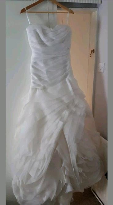 Vera Wang wedding dress - size 12  Never worn    in Consett, County Durham    Gumtree