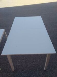 WHiTE DINING TABLE - EXTENDS - SEATS 4-6