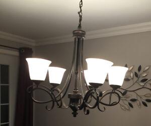 Ensemble de luminaires suspendus champêtres, classiques.