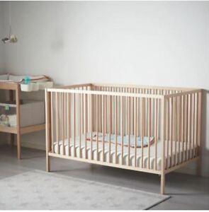 Lit de bébé avec matelas- table à langer- chaise haute